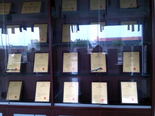 親和力商用電磁爐研發廠家榮譽證書墻